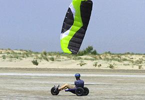 Kite buggy avec aile de traction