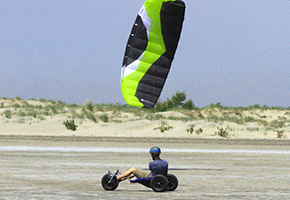 Kite buggy avec aile de traction